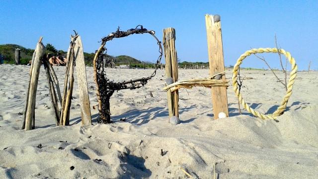 Ooh, a beach mystery!