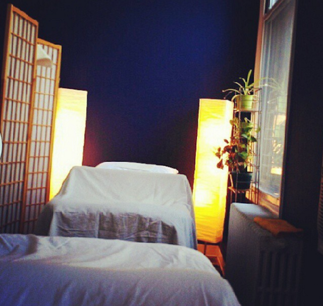 The communal set up at City Acupuncture's downtown BK location. Photo via @vv_snow